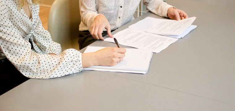 Kontrakty handlowe, umowy – czy warto mieć własnego przedstawiciela?
